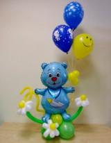 №15.21 Медвежонок в цветах с тремя гелиевыми шарами - 650 руб. Высота 100 см.