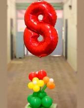 """№12.17. 850р - цифра """"8"""" с букетом из 3-х цветов на подставке."""