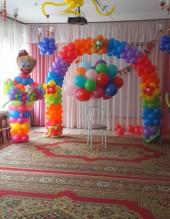 № 6.21. Стоимость композиции - 3210р., влючено: арка каркасная (5 метров) с тремя цветами и клоун (высота 1.7 метра)