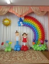"""№6.10. Стоимость композиции - 5050р., включено: арка """"радуга"""" 3 метра, солнышко фольгированное, клумба с тремя цветами и выпускники."""