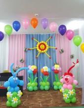 №6.23. Стоимость композиции - 3450., включено: гелиевая арка из 20-и шаров, солнце из шаров, фигуры Кроша и Нюши, три больших цветка из шаров.